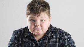 El muchacho gordo joven muestra cólera, la agresión y el odio metrajes