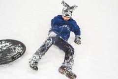 El muchacho goza de la nieve fría Foto de archivo libre de regalías