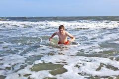 El muchacho goza del océano y de la playa hermosos Fotografía de archivo libre de regalías