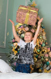 El muchacho goza del regalo por el Año Nuevo Foto de archivo libre de regalías