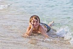 El muchacho goza el mentir en la playa Imagen de archivo libre de regalías