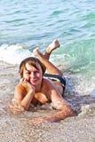 El muchacho goza el mentir en la playa Fotos de archivo libres de regalías
