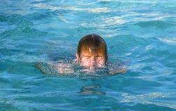El muchacho goza el nadar en la piscina Fotografía de archivo libre de regalías