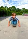 El muchacho goza el patinar en el patín Imagen de archivo libre de regalías