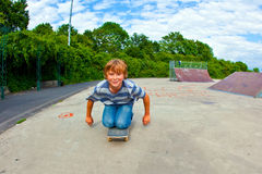El muchacho goza el patinar en el patín Imagen de archivo