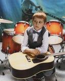 El muchacho había estado el día de fiesta en un tambor foto de archivo