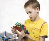 El muchacho hace artes. imagen de archivo libre de regalías