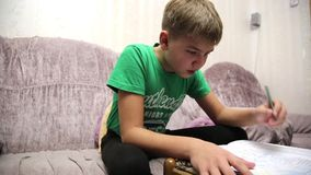 El muchacho hace la asignación de escuela almacen de video