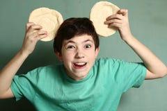 El muchacho hermoso del preadolescente realiza la bestia Foto de archivo libre de regalías