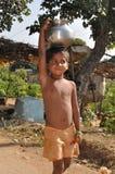 El muchacho indio lleva el agua Imagen de archivo libre de regalías