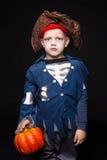 El muchacho joven adorable se vistió en un equipo del pirata, jugando truco o la invitación para el muchacho de HalloweenLittle e Imagenes de archivo