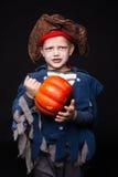 El muchacho joven adorable se vistió en un equipo del pirata, jugando truco o la invitación para el muchacho de HalloweenLittle e Foto de archivo