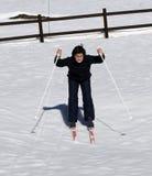 El muchacho joven aprende esquiar a campo través en invierno Imagen de archivo