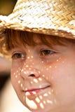 El muchacho joven con el sombrero de paja es feliz Fotos de archivo libres de regalías