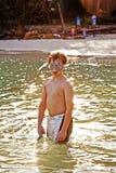 El muchacho joven con la máscara del salto es Imágenes de archivo libres de regalías