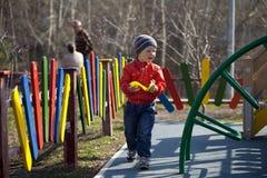 El muchacho joven de tres años en el patio Foto de archivo libre de regalías