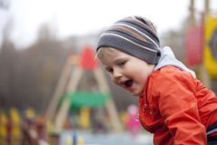 El muchacho joven de tres años en el patio Foto de archivo