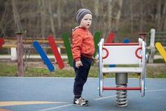El muchacho joven de tres años en el patio Fotos de archivo
