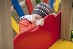 El muchacho joven de tres años en el patio Fotografía de archivo
