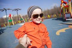 El muchacho joven de tres años en el patio Imagen de archivo libre de regalías