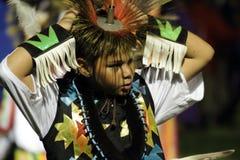 El muchacho joven del nativo americano ajusta el tocado Imagen de archivo libre de regalías