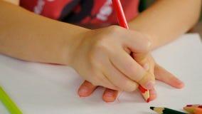 El muchacho joven dibuja alrededor de su mano almacen de metraje de vídeo
