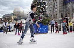 El muchacho joven en el movimiento borroso y los niños patinan Fotos de archivo libres de regalías