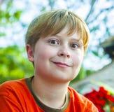 El muchacho joven en la playa está sonriendo Imagen de archivo