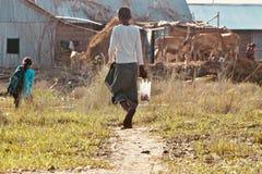 El muchacho joven está caminando en la foto de la acción de camino Fotografía de archivo