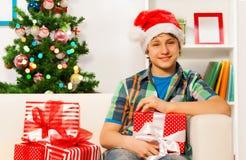 El muchacho joven feliz adolescente con Año Nuevo presenta Fotografía de archivo