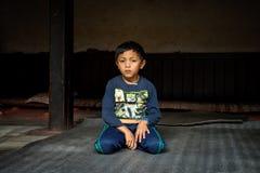 El muchacho joven hace un novato en un templo budista en Nepal Fotografía de archivo libre de regalías