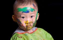 El muchacho joven jugó al juego del color Foto de archivo libre de regalías