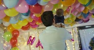 El muchacho joven jugó con el padre en evento del partido en casa metrajes