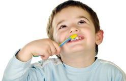 El muchacho joven limpia los dientes Imagen de archivo libre de regalías