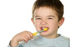 El muchacho joven limpia los dientes Imagenes de archivo