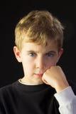El muchacho joven parece enojado Fotos de archivo