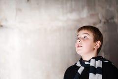 El muchacho joven que mira para arriba con esperanza en sus ojos copia s Imagenes de archivo