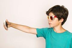 El muchacho joven toma un selfie Foto de archivo libre de regalías