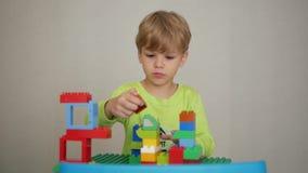 El muchacho juega al constructor almacen de metraje de vídeo