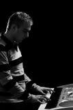 El muchacho juega el piano Fotos de archivo