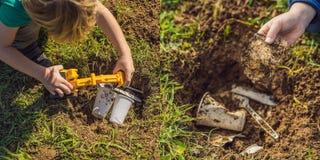 El muchacho juega el reciclaje Él entierra platos disponibles plásticos y platos biodegradables Después de algunos meses, él dese fotografía de archivo libre de regalías
