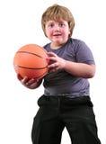 El muchacho, jugador de básquet hace un tiro con una bola Foto de archivo libre de regalías