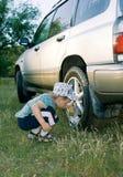 El muchacho lava el coche Imagen de archivo