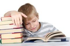El muchacho lee el libro Foto de archivo libre de regalías