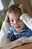 El muchacho lee el libro Fotos de archivo libres de regalías