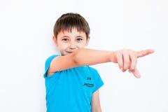 El muchacho levantó su dedo índice Imagen de archivo