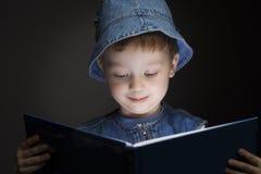 El muchacho leyó el libro Imagen de archivo