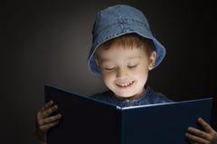 El muchacho leyó el libro Foto de archivo libre de regalías