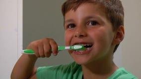 El muchacho limpia sus dientes metrajes