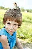 El muchacho lindo con chiken en su naturaleza principal Fotos de archivo